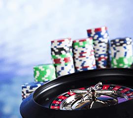 ruleta de casino y fichas de juego